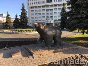 памятник медведю в Перми перед гостиницей