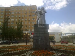 Памятник металлургам перед проходной металлургического завода