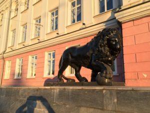 львы у дома в Перми