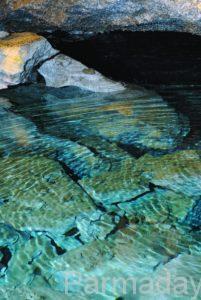Озеро в Кунгурской ледяной пещере дно