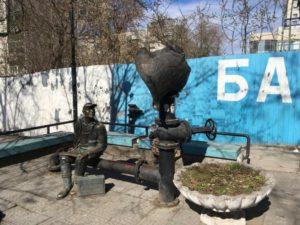 Памятник водопроводчику в Перми у пушкинской бани