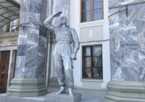 Скульптура у входа в дворец культуры Солдатова
