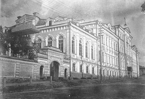 Здание духовного училища в Перми. Фото начала XX века. Слева хорошо видно колокольню домовой церкви.