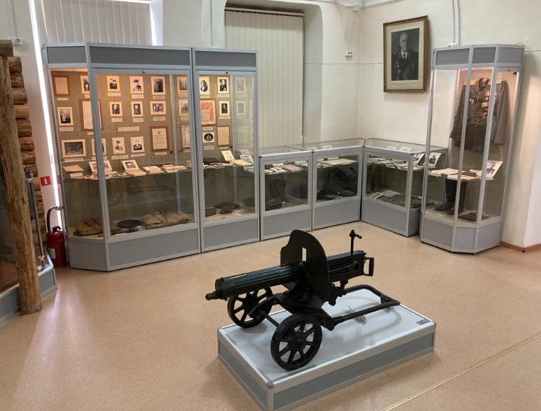 Пулемет Максим и экспозиция ВОВ в музее Кунгура