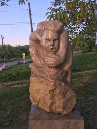 Каменная фигура  на лестнице в Суксуне